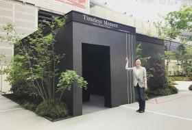 山田香織先生と、作品の展示されたブースのツーショット