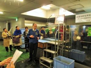 奥の箱状の装置の中に、施設内ででる有機生ごみを入れ、発酵させて肥料を作っています!