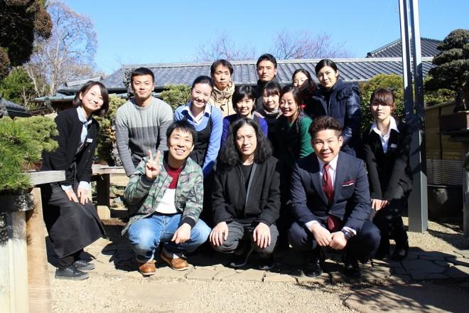 撮影終了後。ピースの又吉さん、パンクブーブーの佐藤哲夫さん、経済学の先生と清香園スタッフ一同